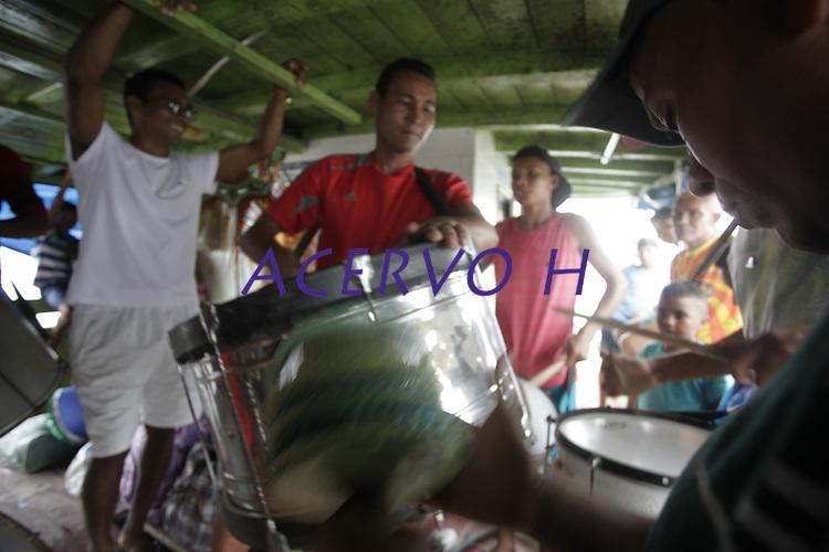 """Membros do  """"Bloco Real Folia"""" se preparam para o carnaval as margens do rio Tocantins, na cidade de Cametá no estado do Pará."""