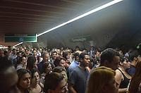 SAO PAULO, 08 DE MARCO DE 2013 - MOVIMENTACAO METRO CONSOLACAO - Movimentacao intensa de passageiros do Metro na estacao Consolação, acesso a Linha Amarela, no inicio da noite desta sexta feira, 08. Os trens da linha verde operam em velocidade reduzida. (FOTO: ALEXANDRE MOREIRA / BRAZIL PHOTO PRESS)