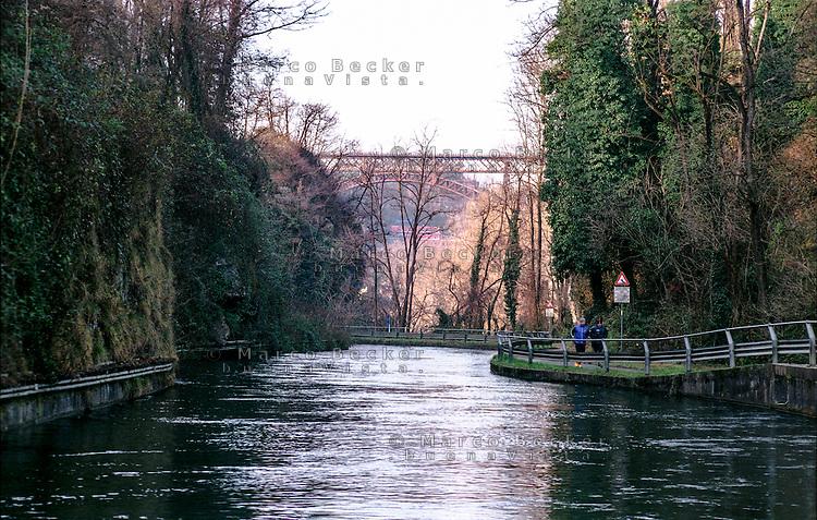 Il naviglio di Paderno d'Adda (Lecco) e, sullo sfondo, il ponte ad arco in ferro di San Michele --- The naviglio canal of Paderno d'Adda (Lecco) and, on the background, the iron arch bridge of San Michele