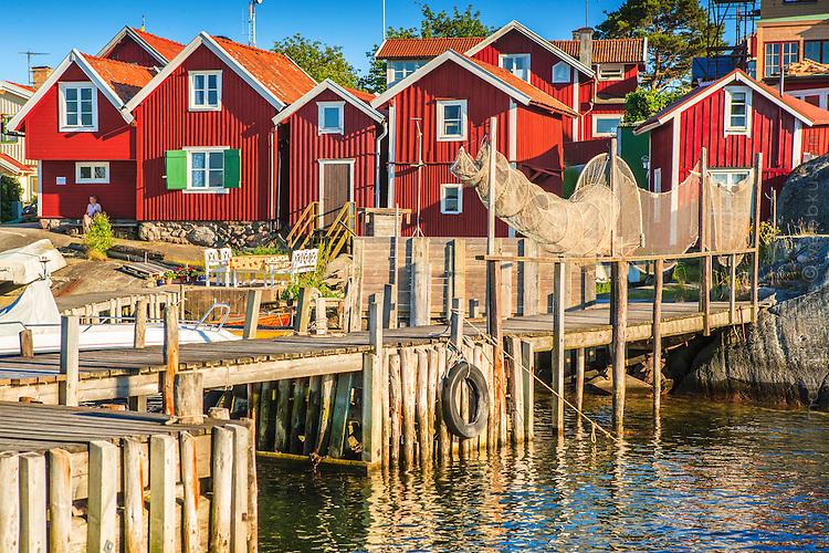 Sjöbodar och  brygga på Sanhamn i Stockholms skärgård.