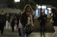 SAO PAULO, SP, 24/06/2013, FRIO. A segunda-feira (24) amanheceu com temperatura baixa, a sensação termica  está proxima dos 8º C. Os paulistanos usam agasalhos pesados nas ruas centrais de São Paulo.     LUIZ GUARNIERI/ BRAZIL PHOTO PRESS