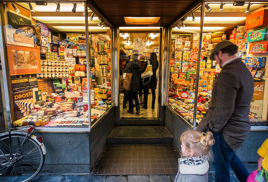 Nederland, Amsterdam, 13 dec 2014<br /> Levensmiddelenwinkel Eichholz in de Leidsestraat. Verkoop veel amerikaans voedsel, of anderszins wat niet makkelijk verkrijgbaar is in nederlandse winkels.<br /> Foto: (c) Michiel Wijnbergh
