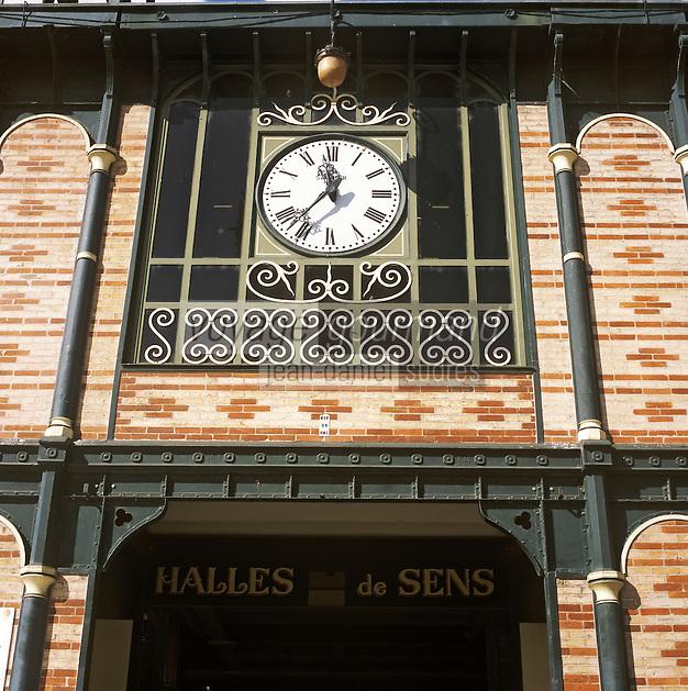 Europe/France/89/Bourgogne/Yonne/Sens: Le marché couvert, détail de l'entrée et horloge