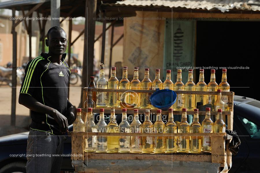 NIGER Zinder, selling of smuggled petrol in gin bottles / NIGER Zinder, Verkauf von geschmuggeltem Benzin in Gin Flaschen, der Niger ist seit 2012 Oelproduzent und betreibt mit chinesischer Firma CNPC die neue Raffinerie SORAZ bei Zinder