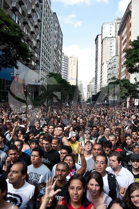 SAO PAULO, SP, 06 DE MAIO 2012 – SHOW TITAS, VIRADA CULTURAL<br /> Na foto publico acompanha show da banda titas, na 8º edição da virada cultural do estado de Sao Paulo.<br /> FOTO: VAGNER CAMPOS / BRAZIL PHOTO PRESS.