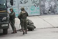 RIO DE JANEIRO, RJ, 01.10.2014 - OCUPAÇAO FAVELA DA MARÉ - Militares da Força de Pacificação fizeram uma operação na região do Complexo da Maré, na manhã desta quarta-feira (1º), na Zona Norte do Rio de Janeiro, e encontram o corpo de um jovem, de aproximadamente 18 anos, ainda não identificado, na localidade do Conjunto Esperança. O confronto entre traficantes de facções rivais no Complexo da Maré, que aconteceu no início da manhã desta quarta e deixou quase 7 mil alunos sem aulas na região. (Foto: Celso Barbosa / Brazil Photo Press).