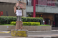 SAO PAULO, 13 DE MARCO DE 2013 - PROTESTO CICLISTA ATROPELADO - Cartazes em protesto contra Alex Silek, que atropelou um ciclista na manha do último domigo (24) causando a amputação de um braço do mesmo, são vistos no local do acidente na manha desta quarta feira, 13, na Avenida Paulista, regiao central da capital. (FOTO: ALEXANDRE MOREIRA / BRAZIL PHOTO PRESS)