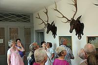Museumsführerin Andrea Rohrmann (l. rosa) zeigt der Gruppe der Leser-Radtour den großen Hirschgang des Jagdschloss Kranichstein