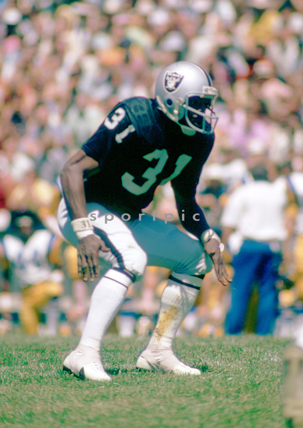 Oakland Raiders Jack Tatum (31) during a game from his 1973 season with the Oakland Raiders. Jack Tatum played for 10 years, with 2 different teams and was a 3-time Pro Bowler.(SportPics)