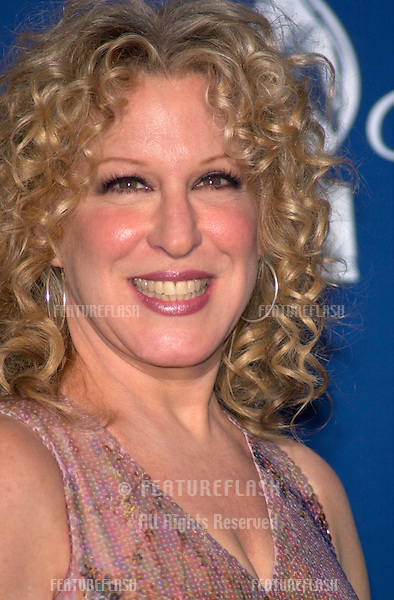 Actress/singer BETTE MIDLER at the 27th Annual People's Choice Awards in Pasadena, California..07JAN01.  © Paul Smith/Featureflash