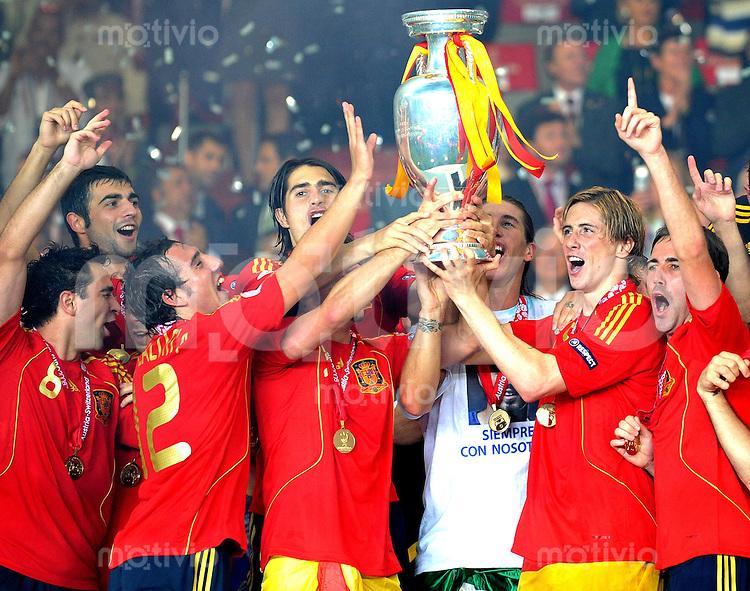 FUSSBALL EUROPAMEISTERSCHAFT 2008 Finale    Deutschland - Spanien    29.06.2008 V.l. Xavi Hernandez, Santi Cazorla, David Villa, Sergio Ramos, Fernando Torres und Cesc Fabregas (alle Spanien) praesentieren den EM Pokal nach dem 1:0 Sieg.