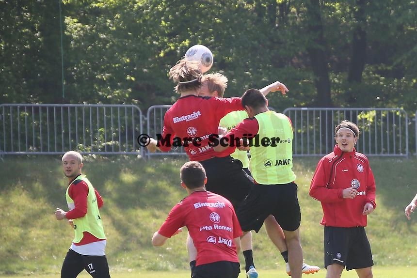 Martin Lanig (Eintracht) im Kopfballduell - Eintracht Frankfurt Training, Commerzbank Arena