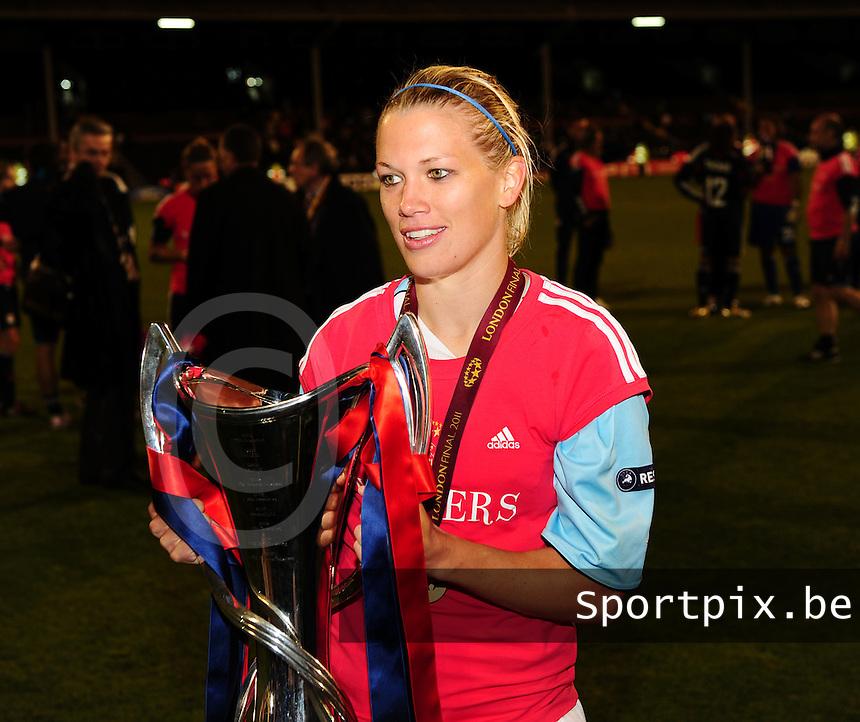 Uefa Women 's Champions League Final 2011 at Craven Cottage Fulham - London : Olympique Lyon - Turbine Potsdam : vreugde bij Lyon na de CL - winst met Lara Dickenmann.foto DAVID CATRY / JOKE VUYLSTEKE / Vrouwenteam.be..