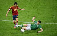 FUSSBALL  EUROPAMEISTERSCHAFT 2012   VORRUNDE Spanien - Irland                     14.06.2012 David Silva (li, Spanien) gegen Keith Andrews (re, Irland)