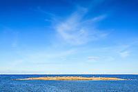 Låga skär och hög himmel vid havets horisont vid Svartskär i Stockholms ytterskärgård.