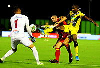 BARRANCABERMEJA- COLOMBIA, 23-11-2019: Edwin Torres de Alianza Petrolera y Neto Volpi, Juan Pablo Segovia de América de Cali, disputan el balón, durante partido entre Alianza Petrolera y América de Cali de la fecha 5 de los cuadrangulares semifinales por la Liga Águila II 2019  en el estadio Daniel Villa Zapata en la ciudad de Barrancabermeja. / Edwin Torres of Alianza Petrolera and Neto Volpi, Juan Pablo Segovia of America de Cali figths for the ball, during a match between Alianza Petrolera and America de Cali of the 5th date of the quarter semifinals for the Liga Águila II 2019 at the Daniel Villa Zapata stadium in Barrancabermeja city. Photo: VizzorImage  / José D Martínez / Cont.