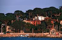 France/06/Alpes Maritimes/ Antibes/villas du Cap et pinéde pres du petit port de La Salis