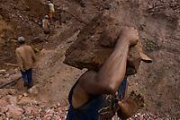 Com cerca de sete mil moradores , Serra Pelada, que chegou a ter mais de sessenta mil homens no auge do garimpo  vive hoje uma situação precária. Cerca de 10 áreas se mantém com trabalho de poucos garimpeiros as próximidades de antiga cava, que hoje alagada, mantém em suas águas resíduos de mercúrio que contaminaram toda região. Uma série de conflitos jurídicos e políticos mantém fechada a exploração na área.<br /> Curionópolis, Pará, Brasil.<br /> Foto Paulo Santos/<br /> <br /> 18/08/2009.