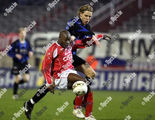 2009-03-21 / Voetbal / Antwerp FC - VW Hamme / Emmanuel Kenmogne (Antwerp) in duel met Van der Heyden..Foto: Maarten Straetemans (SMB)