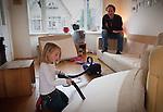Nederland, Amsterdam , 29-01-2009 - Vader past op zijn dochter van vier jaar . (model released) . Foto: Gerard Til