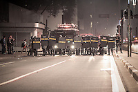 SÃO PAULO, SP - 13.06.2013: MANIFESTAÇÃO AUMENTO DA TARIFA - Manifestantes se reunem em frente ao Teatro Municipal de São Paulo contra o aumento da passagem, esse é a 4 manifestação organizada pelo MPL (Movimento Passe Livre) que reivindica a redução da Passagem de ônibus e metro na cidade de São Paulo.  (Foto: Marcelo Brammer/Brazil Photo Press)