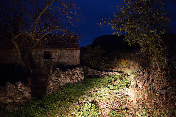 An abendoned village at the old napoleonic road, that marks the boarder between Bosnia and Croatia. <br /> <br /> Wer die Absicht hat, illegal in die EU einzureisen wählt nicht den Weg über die offizielle Grenze, sondern den Weg durch schwieriges Gelände. Die bergige Topographie erschwert die Kontrolle der grünen Grenze zwischen Bosnien-Herzegowina und Kroatien. / . People who want to cross the boarder to the European Union illegally, don't choose the official boarder but prefer difficult terrain. The mountainous topography of the area make it hard to control the green boarder between Bosnia-Herzegovina and Croatia.<br />