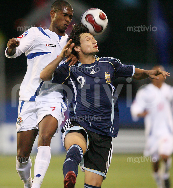 Fussball International U 20 WM  Panama - Argentinien Javier GONZALEZ (PAN;li.) gegen Mauro ZARATE (ARG, re.) .