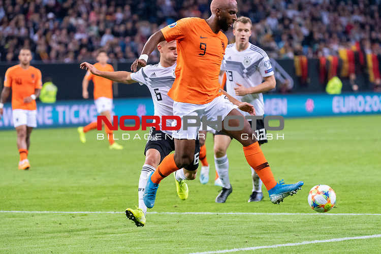 06.09.2019, Volksparkstadion, HAMBURG, GER, EMQ, Deutschland (GER) vs Niederlande (NED)<br /> <br /> DFB REGULATIONS PROHIBIT ANY USE OF PHOTOGRAPHS AS IMAGE SEQUENCES AND/OR QUASI-VIDEO.<br /> <br /> im Bild / picture shows<br /> <br /> Ryan BABEL (Niederlande / NED #09)<br /> Joshua Kimmich (Deutschland / GER #06)<br /> <br /> während EM Qualifikations-Spiel Deutschland gegen Niederlande  in Hamburg am 07.09.2019, <br /> <br /> Foto © nordphoto / Kokenge