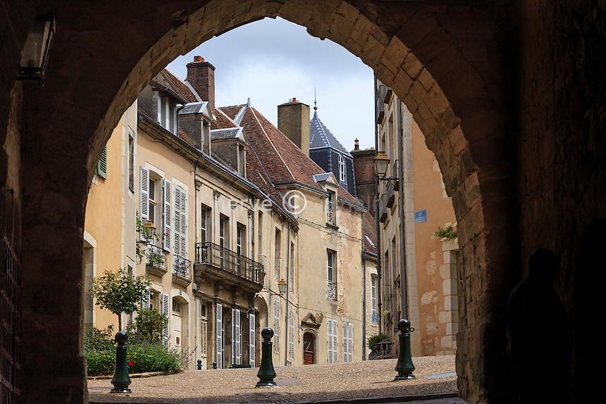 France, Orne (61), le Perche, Bellême, vue au travers de la porte de la ville close  // France, Orne, le Perche, Belleme, gate of the walled town and houses