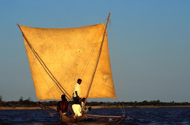 Un bateau a voile sur le fleuve Tsiribihina. *** A sailing-boat on Tsiribihina river.