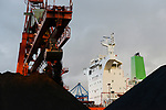 Germany, Hamburg, Hansaport import of coal and ore, unloading of cannadian coal from vessel Contamines / DEUTSCHLAND, Hamburg, Hansaport, Import von Kohle und Erz, Entladung von kannadischer Kohle vom Schiff Contamines
