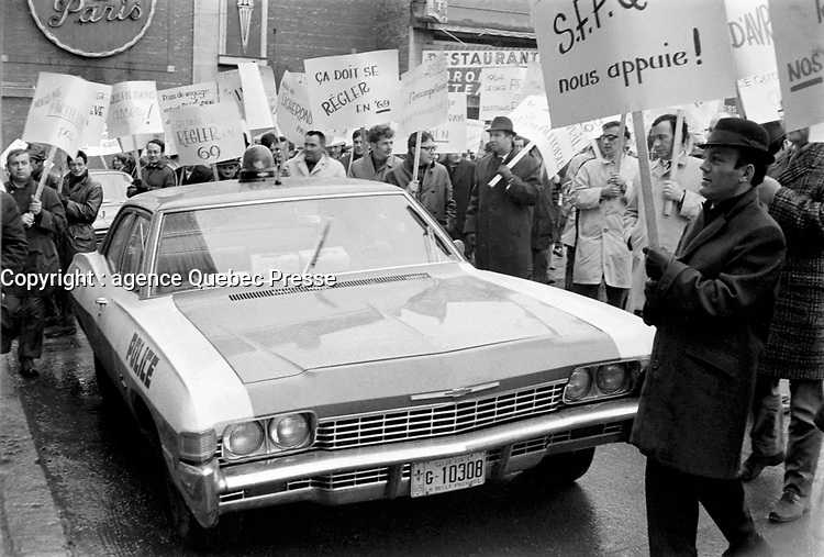 Fonctionnaires  en greve, novembre 1968.<br /> <br /> Photographe : Photo Moderne<br /> Collection: Jocelyn Paquet<br /> Numéro: 12431<br /> Historique de diffusion:Fonctionnaires  en greve a Quebec, novembre 1968.<br /> <br /> Photographe : Photo Moderne