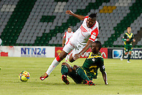 MANIZALES -COLOMBIA, 17-08-2013. Jugador (D) de Quindio disputa el balón con William Zapata (I) de Santa Fe durante partido de la fecha 4 de la Liga Postobón II 2013 jugado en el  Estadio Palogrande ciudad Manizales./ Quindio player (R) fights for the ball with Santa Fe William Zapata (L) during match on the 4th date of the Postobon League II 2013 at Palogrande  stadium in Manizales city. Photo: VizzorImage/Yonboni/STR
