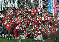 BOGOTA - COLOMBIA -21 -12-2014: Los jugadores de Independiente Santa Fe celebran el campeonato de la Liga Postobon II, durante partido de vuelta entre Independiente Santa Fe y Deportivo Independiente Medellin por la final de la Liga Postobon II-2014, en el estadio Nemesio Camacho El Campin de la ciudad de Bogota. / The players of Independiente Santa Fe, celebrate the championship of the Liga Postobon II, during a match of the second leg between Independiente Santa Fe and Deportivo Independiente Medellin for the finals of the Liga Postobon II -2014 at the Nemesio Camacho El Campin Stadium in Bogota city, Photo: VizzorImage / Luis Ramirez / Staff.