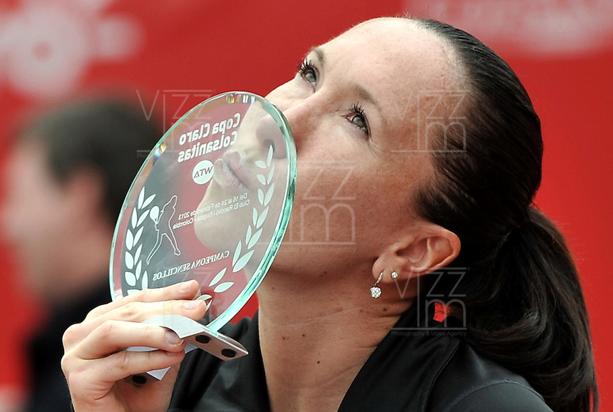 BOGOTÁ - COLOMBIA - 24-02-2013: Jelena Jonkovic de Serbia, besa el trofeo tras vencer a Paola Ormaechea de Argentina,en partido por la final de la  Copa de Tenis WTA Bogotá, febrero 24 de 2013. (Foto: VizzorImage / Luis Ramírez / Staff). Jelena Jonkovic from Serbia kisses the trophy after beating Paola Ormaechea from Argentina in the final match for the WTA Bogota Tennis Cup, on February 24, 2013, in Bogota, Colombia. (Photo: VizzorImage / Luis Ramirez / Staff).........................................