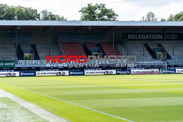 Feature vor dem 2. Relegationsspiel - Werder Mitarbeiter befestigten den BANNER WIR GLAUBEN DRAN - FÜR EINANDER FÜR WERDER<br /> <br /> <br /> Sport: nphgm001: Fussball: 1. Bundesliga: Saison 19/20: Relegation 02; 1.FC Heidenheim vs SV Werder Bremen - 06.07.2020<br /> <br /> Foto: gumzmedia/nordphoto/POOL <br /> <br /> DFL regulations prohibit any use of photographs as image sequences and/or quasi-video.<br /> EDITORIAL USE ONLY<br /> National and international News-Agencies OUT.