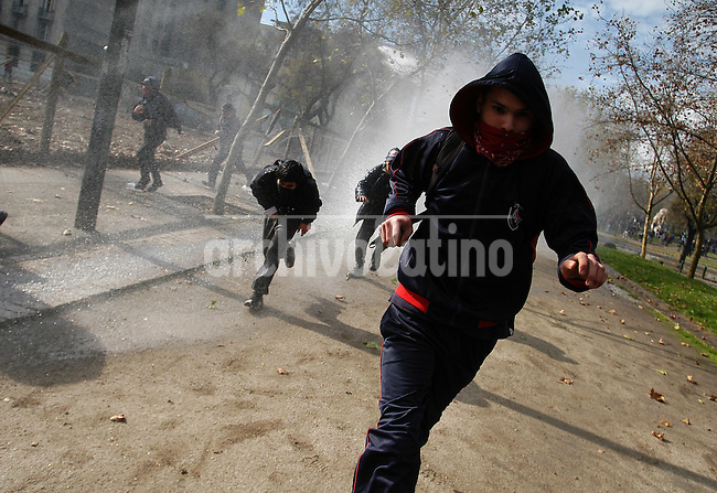 Groups of students clashed with Chilean riot police in Santiago  to protest against a proposed education reform.The unrest and clashes have been constant for the last three weeks.