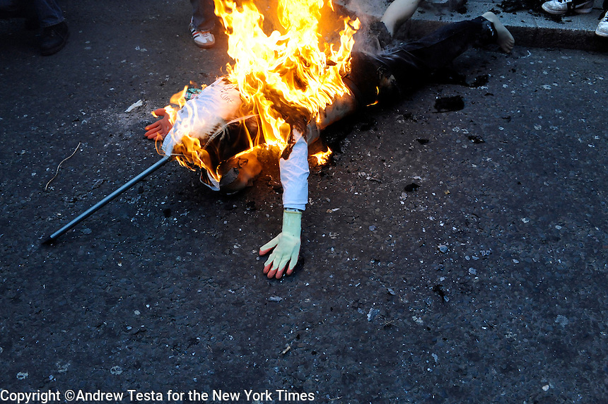 UK. London. 1st April 2009.. an effigy of a banker burns outside the bank of england.©Andrew Testa for the New York times