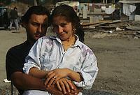 ITALIA Torino  Campo nomadi Rom  (Campo dell'Arrivore, 2001) giovane coppia