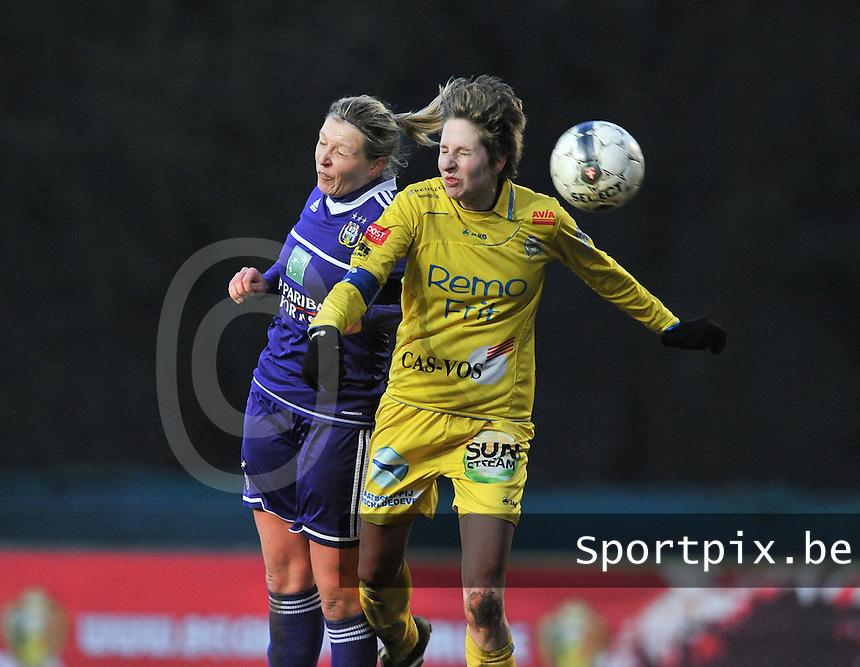 Waasland Beveren Sinaai Girls - RSC Anderlecht : kopduel tussen Sophie Mannaert (links) en Katrijn Windey.foto DAVID CATRY / Nikonpro.be