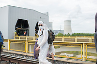 """Klimacamp """"Ende Gelaende"""" bei Proschim in der brandenburgischen Lausitz.<br /> Mehrere tausend Klimaaktivisten  aus Europa wollen zwischen dem 13. Mai und dem 16. Mai 2016 mit Aktionen den Braunkohletagebau blockieren um gegen die Nutzung fossiler Energie zu protestieren.<br /> Im Bild: Klimaaktivisten bei der Besetzung einer Bahnstrecke, die zur Versorgung des Kraftwerk Schwarze Pumpe wichtig ist. Ihr Ziel ist, die Kohlezufuhr so lange zu unterbrechen, das dass Kraftwerk heruntergefahren werden muss.<br /> Im Hintergrund die Verladestation, in der die Kohle zur Befeuerung des Kraftwerks umgeladen wird und das Kraftwerk Schwarze Pumpe.<br /> 14.5.2016, Schwarze Pumpe/Brandenburg<br /> Copyright: Christian-Ditsch.de<br /> [Inhaltsveraendernde Manipulation des Fotos nur nach ausdruecklicher Genehmigung des Fotografen. Vereinbarungen ueber Abtretung von Persoenlichkeitsrechten/Model Release der abgebildeten Person/Personen liegen nicht vor. NO MODEL RELEASE! Nur fuer Redaktionelle Zwecke. Don't publish without copyright Christian-Ditsch.de, Veroeffentlichung nur mit Fotografennennung, sowie gegen Honorar, MwSt. und Beleg. Konto: I N G - D i B a, IBAN DE58500105175400192269, BIC INGDDEFFXXX, Kontakt: post@christian-ditsch.de<br /> Bei der Bearbeitung der Dateiinformationen darf die Urheberkennzeichnung in den EXIF- und  IPTC-Daten nicht entfernt werden, diese sind in digitalen Medien nach §95c UrhG rechtlich geschuetzt. Der Urhebervermerk wird gemaess §13 UrhG verlangt.]"""