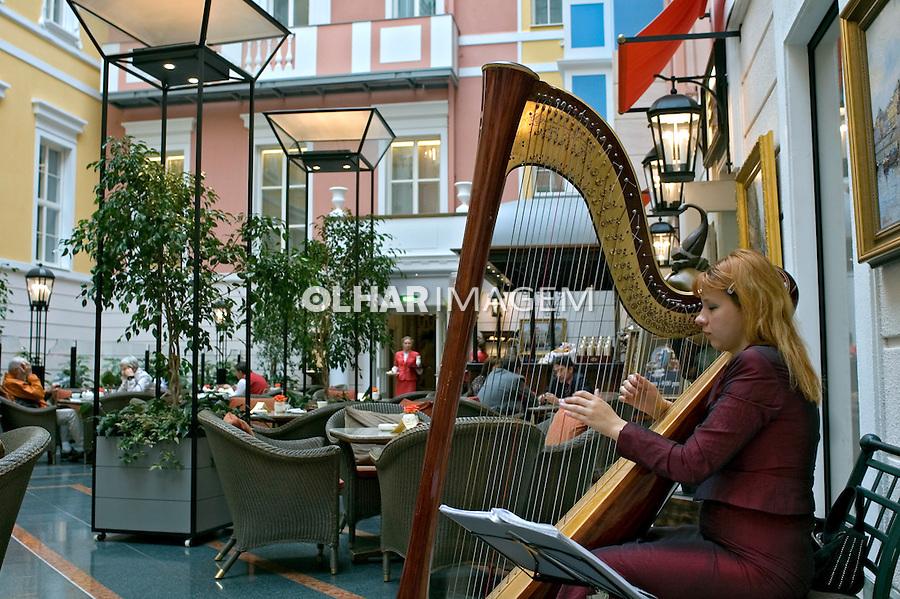Música de harpa no Grande Europe Hotel. São Petersburgo. Russia. 2008. Foto de Cris Berger.
