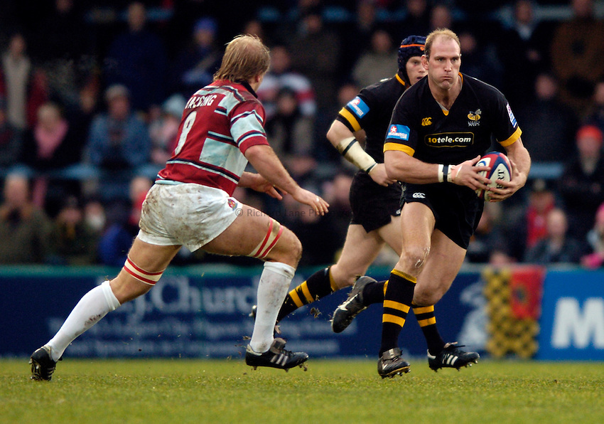 Photo. Richard Lane..London Wasps v Gloucester. Zurich Premiership.  27/12/2004..Lawrence Dallaglio attacks.
