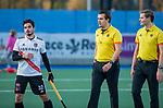 UTRECHT - Tanguy Cosyns (Adam) met scheidsrechters Paul vd Assum en Daniel Veerman,   na de hoofdklasse hockeywedstrijd mannen, Kampong-Amsterdam (4-3).  COPYRIGHT KOEN SUYK