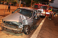 SAO PAULO, SP, 01-11-2014, ACIDENTE MOOCA.  No final da madrugada desse sabado (01), um carro bateu contra um poste na Rua dos Trilhos altura do nº 100 no bairro da Mooca. Duas pessoas ficaram feridas, uma delas não usava o cinto de segurança e foi ejetada a 20 metros  do veiculo.  Cinco viaturas dos bombeiros atenderam a ocorrecia.      Luiz Guarnieri/ Brazil Photo Press.