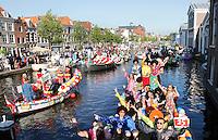 Nederland Leiden 2016 06 24 . Leidse Lakenfeesten. De Peurbakkentocht. De Lakenfeesten zijn een jaarlijks terugkerend evenement. De naam van het evenement refereert aan de tijd dat de stad een bloeiende lakenindustrie had. De Peurbakkentocht is een optocht van bijzonder uitgedoste vaartuigen door de grachten. Apothekersdijk.  Foto Berlinda van Dam /  Hollandse Hoogte