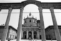 Milano, le Colonne di San Lorenzo e la Basilica di San Lorenzo Maggiore al quartiere Ticinese --- Milan, Roman Columns of San Lorenzo and the Basilica of San Lorenzo Maggiore at Ticinese district