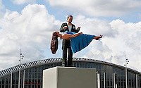 Amsterdam - De Feestelijke Beeldenreeks van de Belgische kunstenaar Guillaume Bijl. Zes kleurrijke beelden van geschilderd aluminium, speciaal gemaakt voor drie entrees van het plein voor Amsterdam RAI