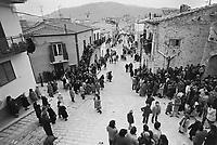 - la via principale di Palazzo Adriano (Palermo) durante le celebrazioni della Pasqua (aprile 1983)....- the main road of Palazzo Adriano (Palermo) during Easte celebrations (April 1983)