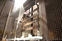 SÃO PAULO, SP - 23.08.2013: MANIFESTAÇÃO CONTRA A VEJA - Após confronto com a Prolicia Militar na Marginal Pinheiros manifestantes quebram agencias bancárias na Pedroso de Morais, a manifestação que teve ínicio pácifico no Largo da Batata Zona Oeste de São Paulo nesta sexta feira (23). (Foto: Marcelo Brammer/Brazil Photo Press)